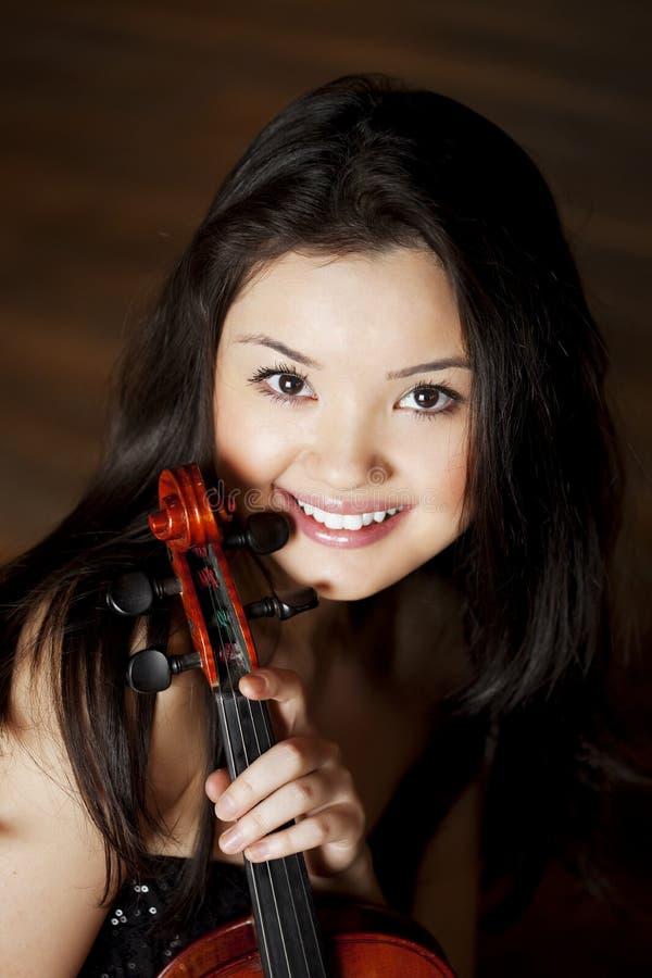 азиатская красивейшая скрипка девушки стоковая фотография