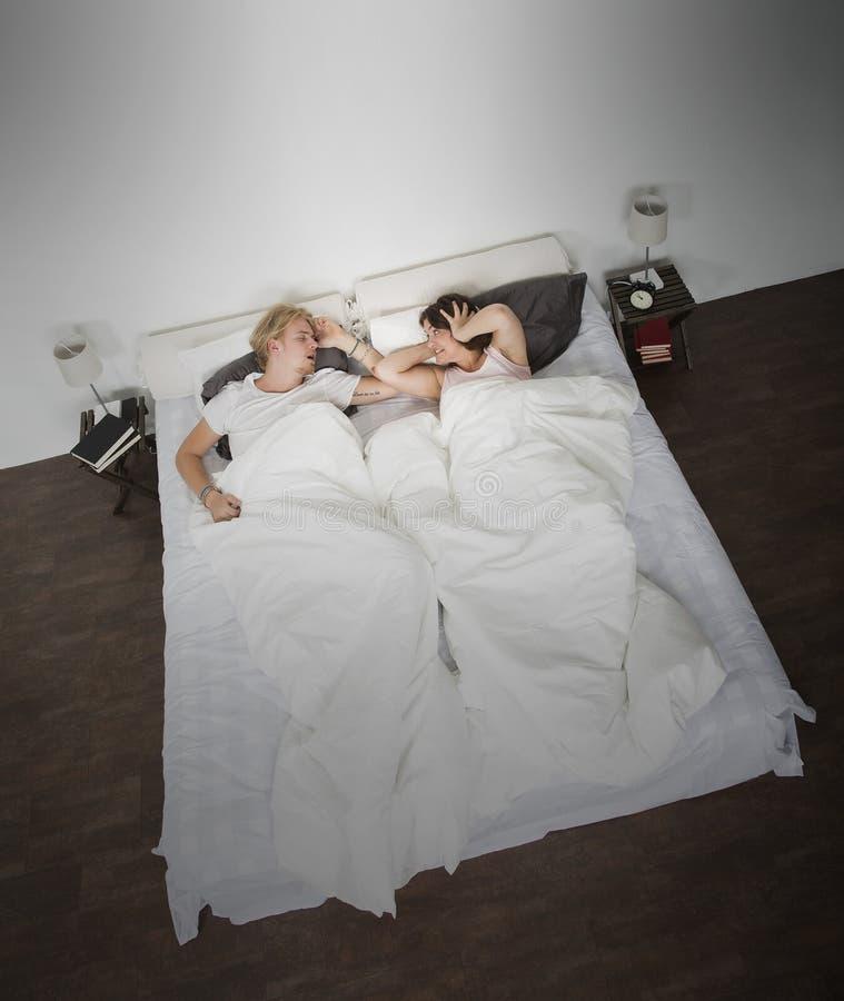 азиатская кровать может кавказский человек ушей заволакивания пар домой межрасовый люди шумят не женщины женщины храпа сна подушк стоковые фотографии rf