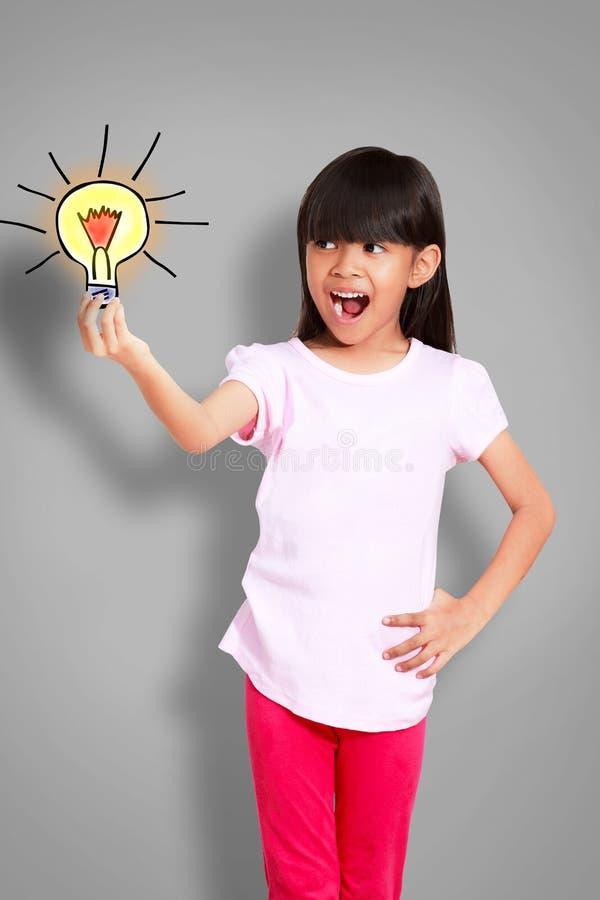 Азиатская маленькая девочка получает идею стоковые изображения rf