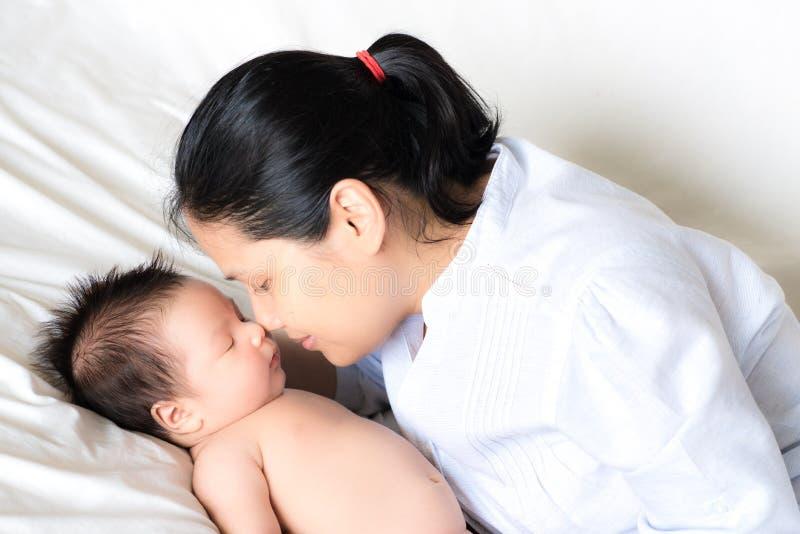 Азиатская мать держит ее newborn младенца стоковые фотографии rf