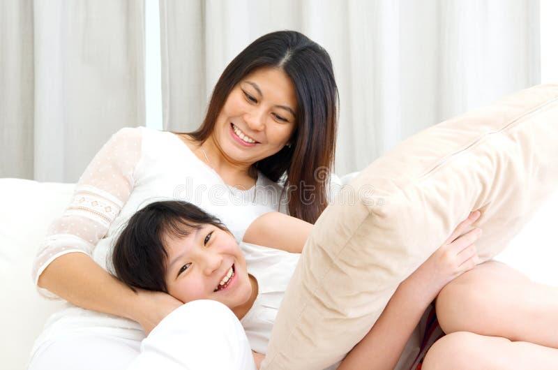 азиатская мать дочи стоковые фотографии rf