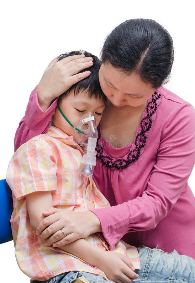 Азиатская мать утешает ее сына стоковая фотография rf