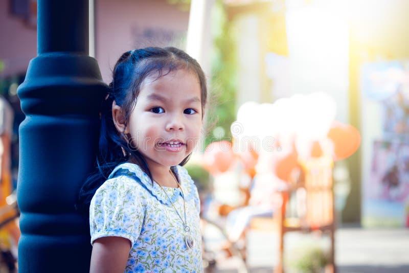 Азиатская маленькая девочка стоя и смотря в парке стоковые изображения