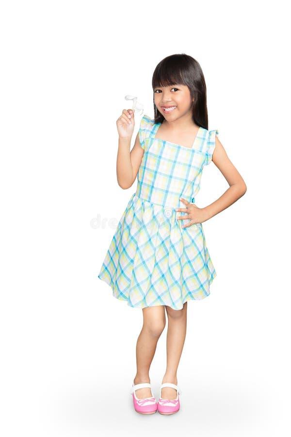 Азиатская маленькая девочка с белым цветком frangipani в ее руке стоковые изображения rf