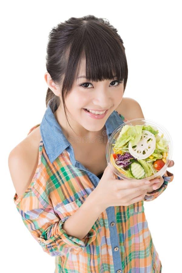 Азиатская милая женщина с салатом стоковое изображение