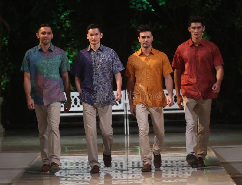 Азиатская модель человека на взлётно-посадочная дорожка модного парада стоковое изображение