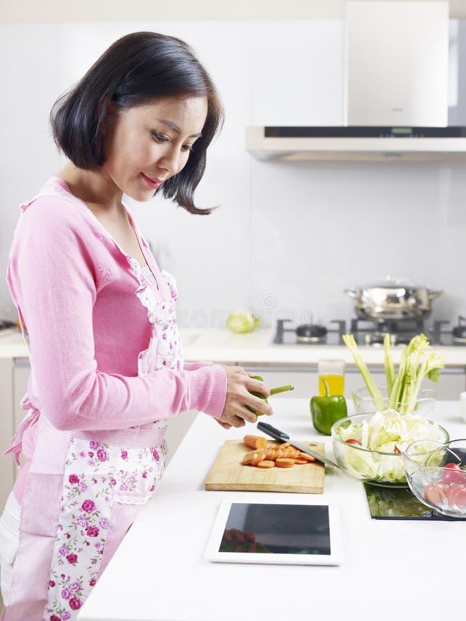 Азиатская домохозяйка стоковое изображение rf