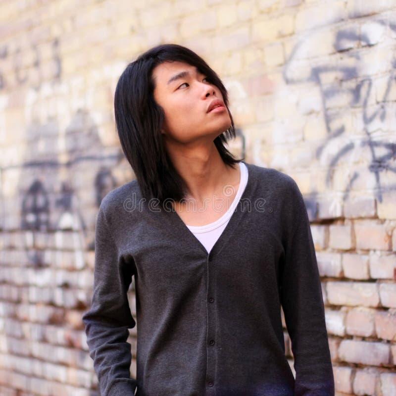 азиатская осень смотря человека вверх стоковая фотография