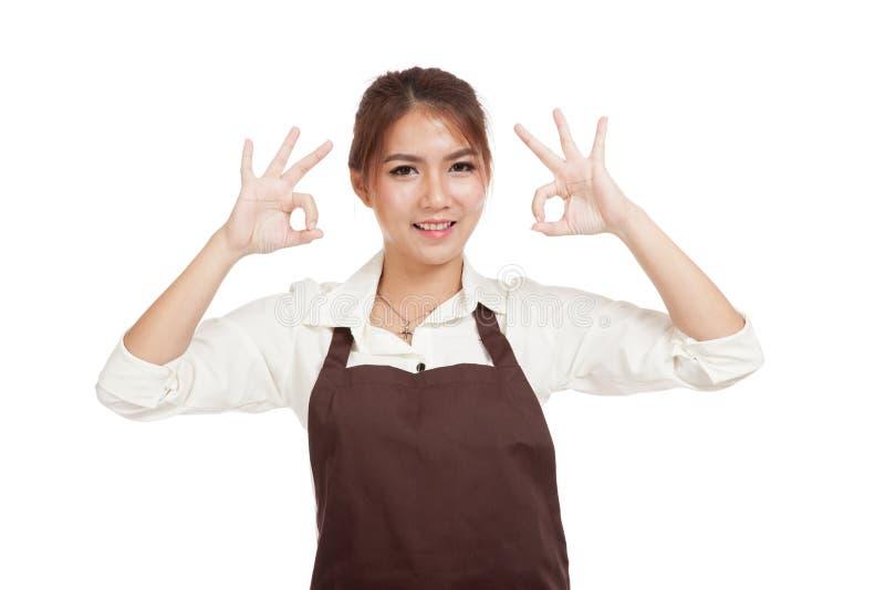 Азиатская официантка в знаке О'КЕЙ выставки 2 рисбермы стоковая фотография
