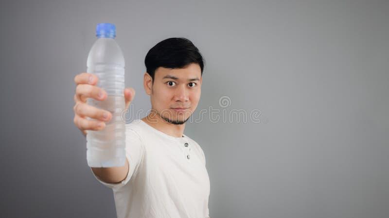 Азиатская питьевая вода человека стоковое фото