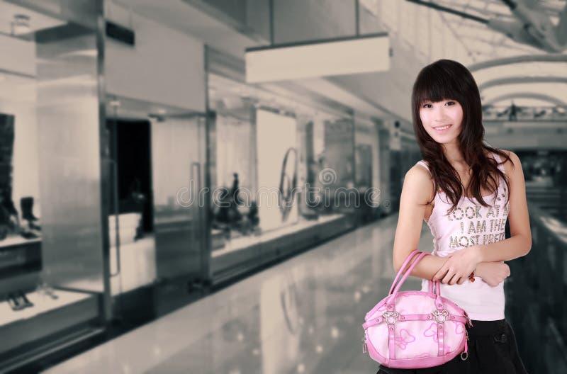 азиатская покупка девушки стоковая фотография