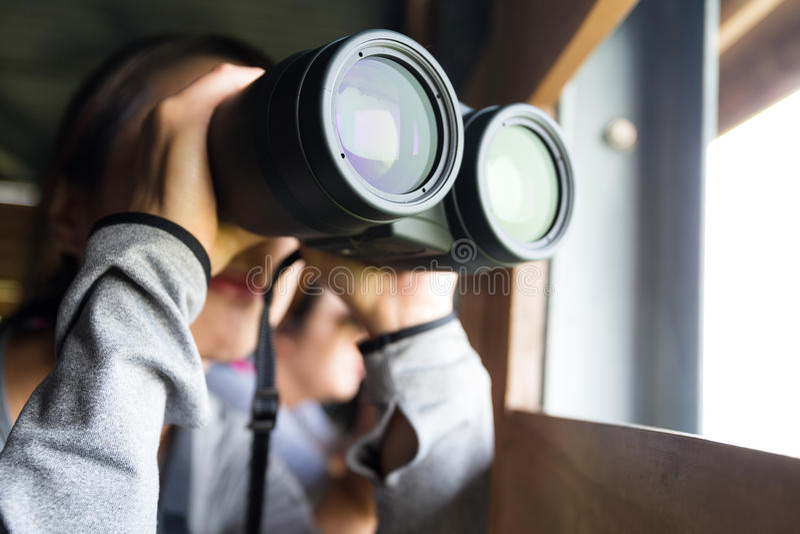 Азиатская польза женщины биноклей для birdwatching стоковая фотография rf