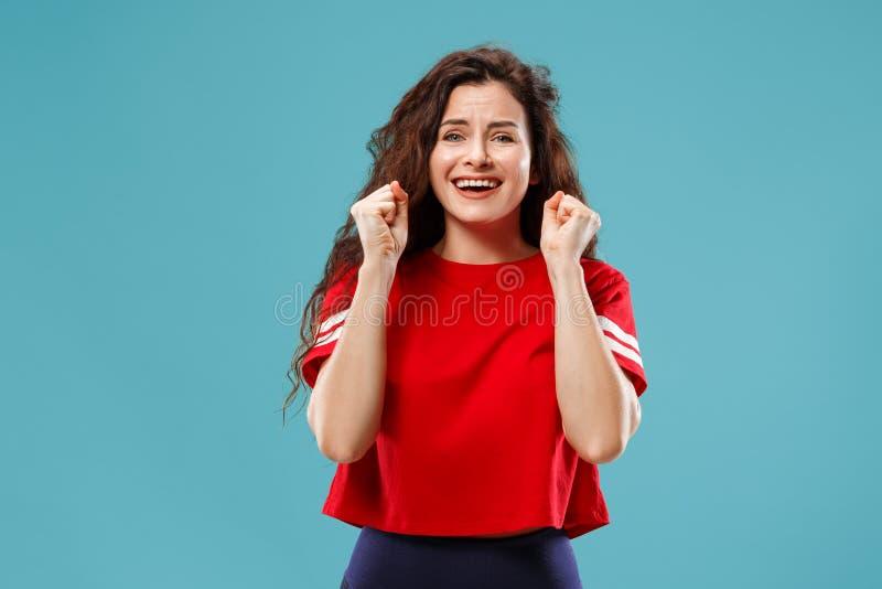 азиатская предпосылка кавказцем празднуя динамически восторженное напористое женское счастливое изображение изолировала модельный стоковые фотографии rf