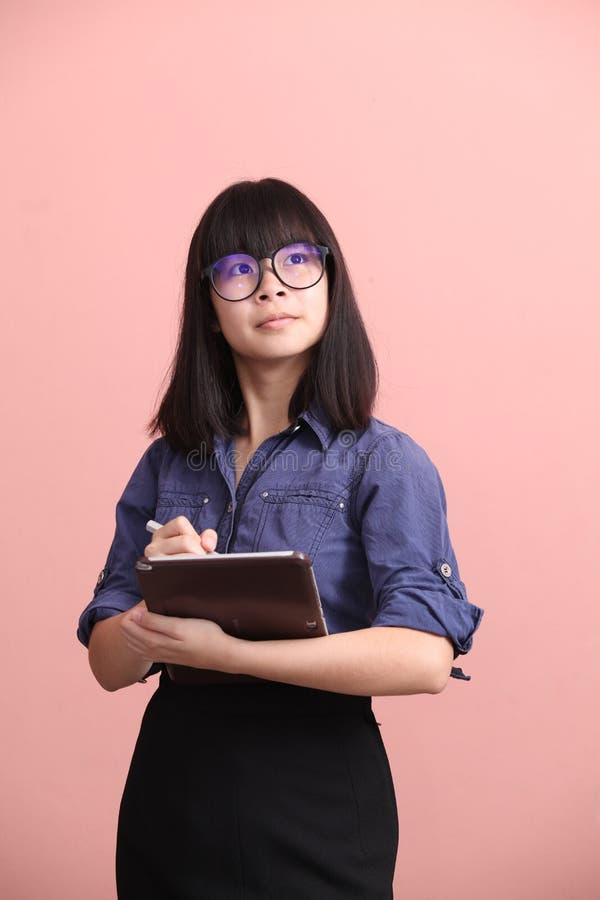 Азиатская предназначенная для подростков таблетка сочинительства стоковое фото