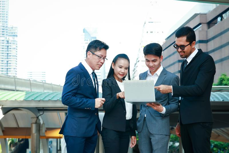 Азиатская работа групповой встречи бизнес-группы стоковые изображения rf