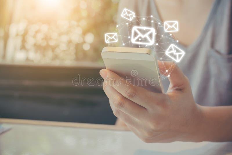 Азиатская рука женщины используя мобильный телефон с применением электронной почты, жуликом стоковое фото rf