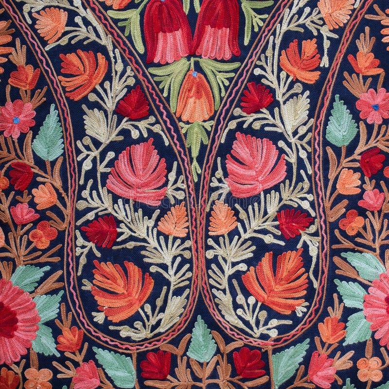 Азиатская ручной работы шаль pashmina с чувствительной вышивкой на внешнем рынке ремесел в Катманду, Непале стоковая фотография rf