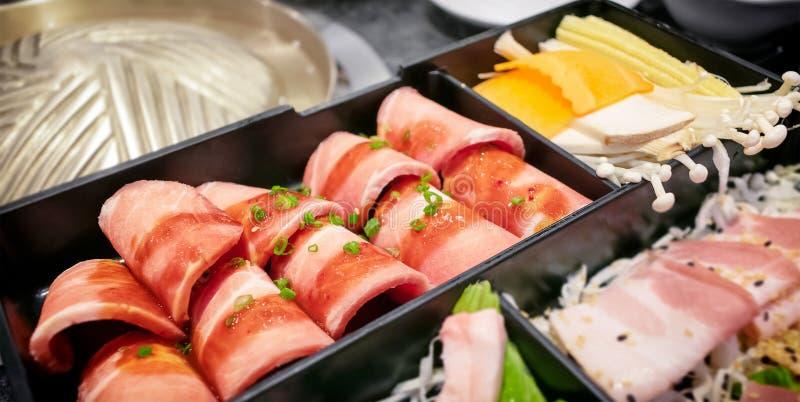 азиатская свиная свинина, украшенная маслом из барбекю, служила с разлРстоковая фотография