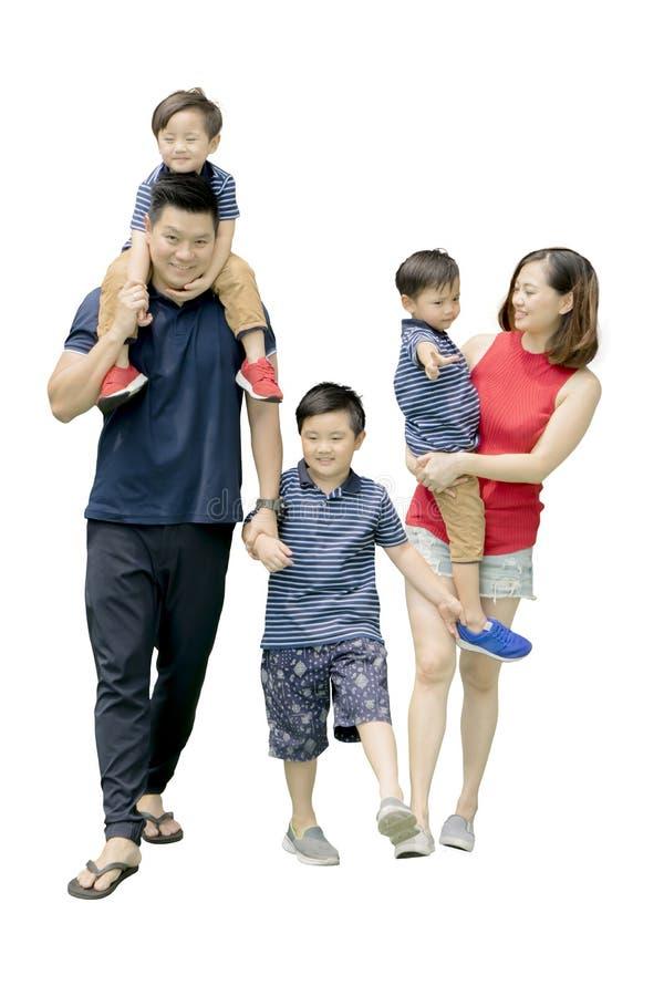 Азиатская семья идя на студию стоковые изображения rf