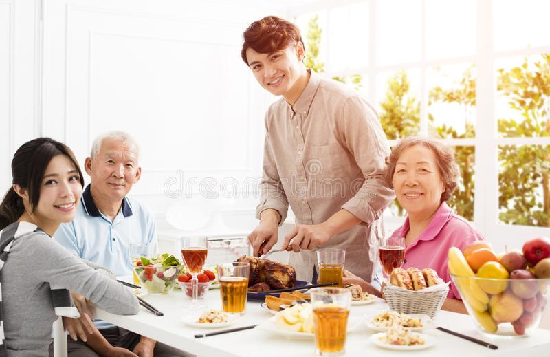Азиатская семья имея обедающий совместно стоковое фото