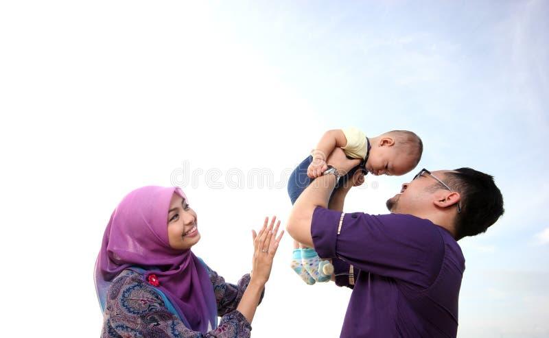 Азиатская семья наслаждаясь качественным временем на пляже стоковые изображения rf