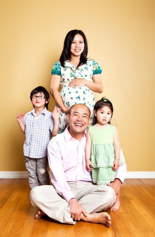 азиатская семья счастливая стоковое фото