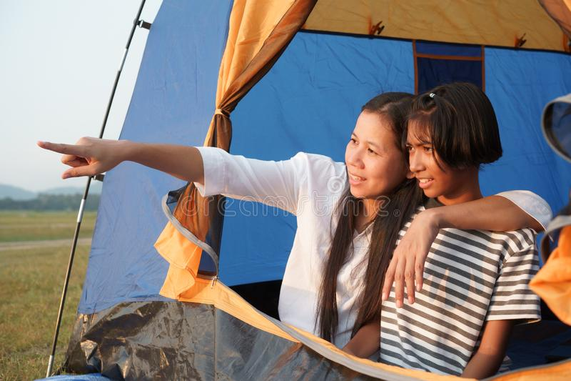 Азиатская семья с матерью и дочь оценивают природу в Tet, концепцию жить путешествуя семья на каникулах стоковые фотографии rf