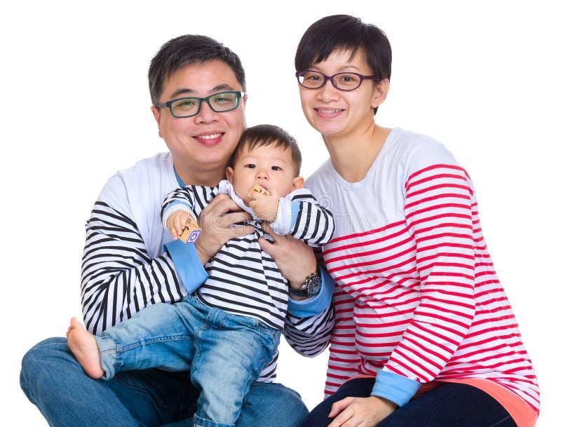 Азиатская семья с сыном младенца стоковые фотографии rf