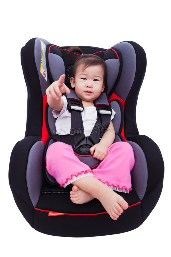 Азиатская симпатичная девушка на автокресле и прикрепляет ремень безопасности стоковые изображения rf