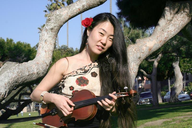 азиатская скрипка девушки стоковые изображения