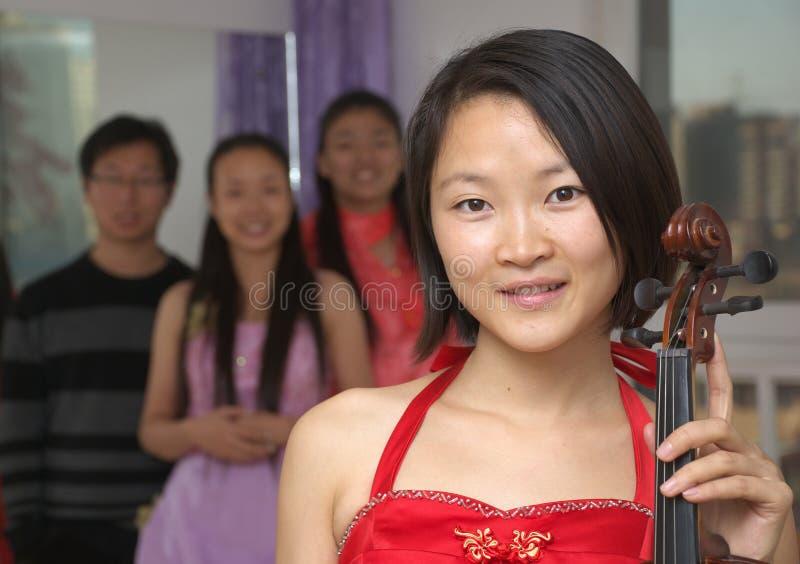 азиатская скрипка музыканта стоковое изображение rf