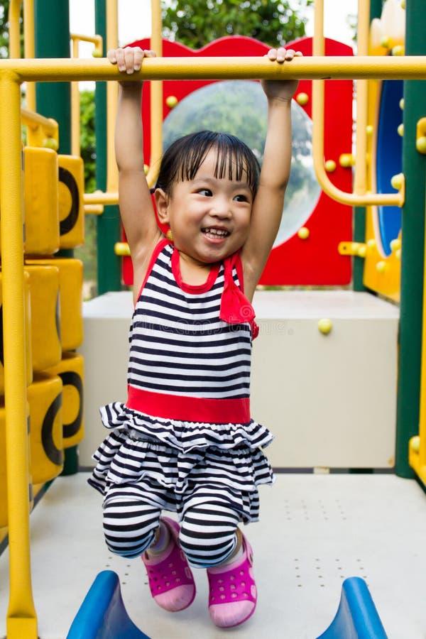 Азиатская смертная казнь через повешение ребенк на баре стоковое изображение rf