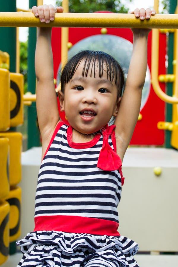 Азиатская смертная казнь через повешение ребенк на баре стоковая фотография