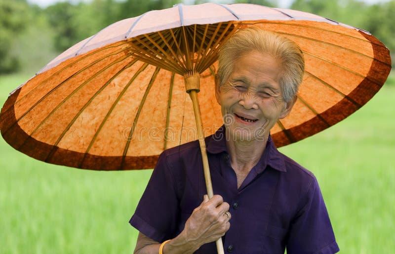 азиатская старая женщина парасоля стоковая фотография