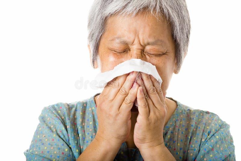 Азиатская старуха чихая стоковое изображение rf