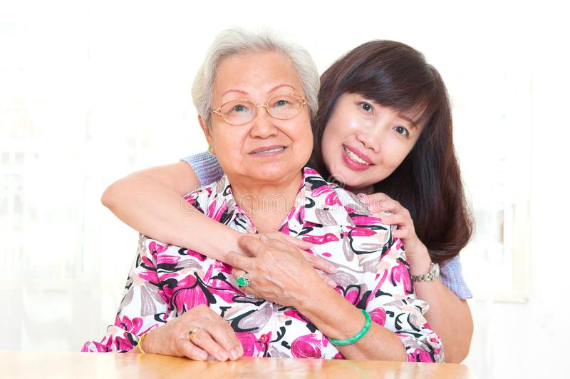Азиатская старшая дочь womanand стоковое изображение