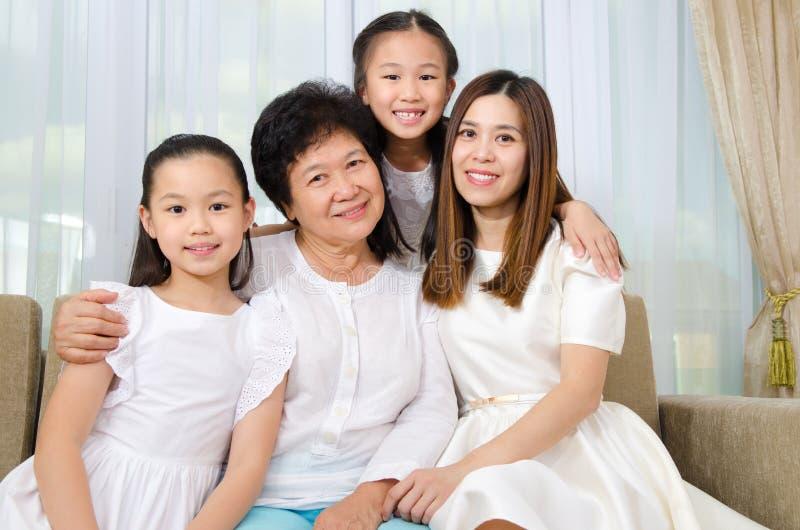 Азиатская старшая женщина вместе с дочерью и внучками стоковое изображение rf