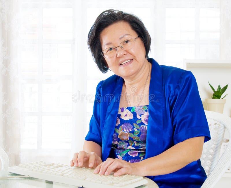 Азиатская старшая женщина стоковая фотография