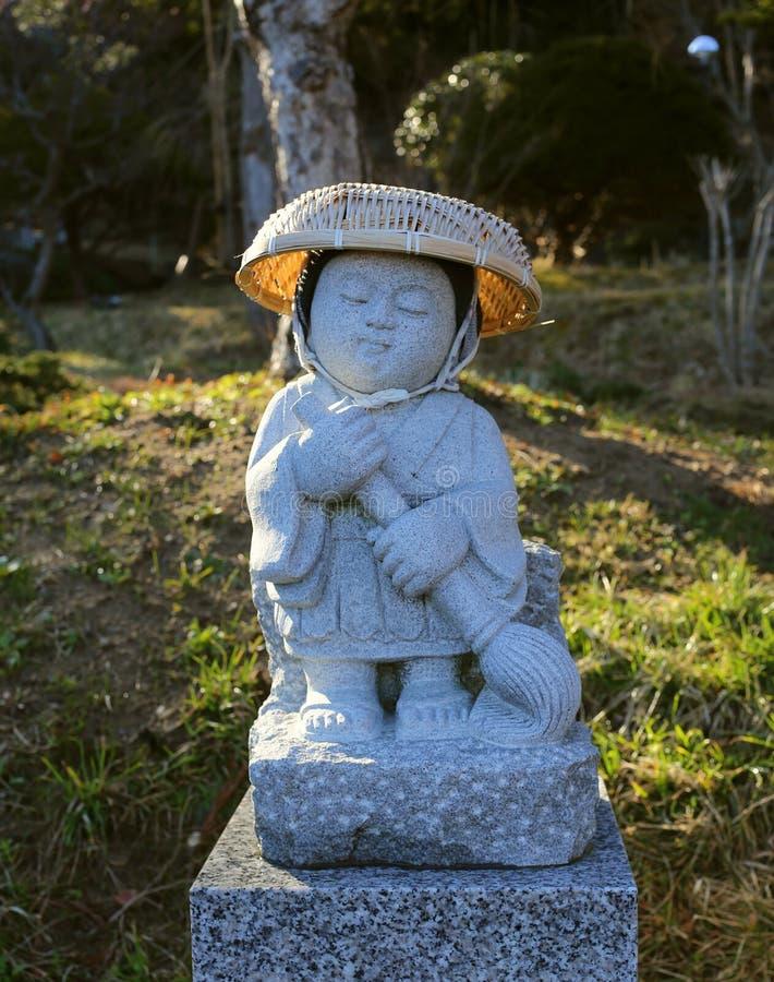 Азиатская статуя монаха на святыне стоковое изображение