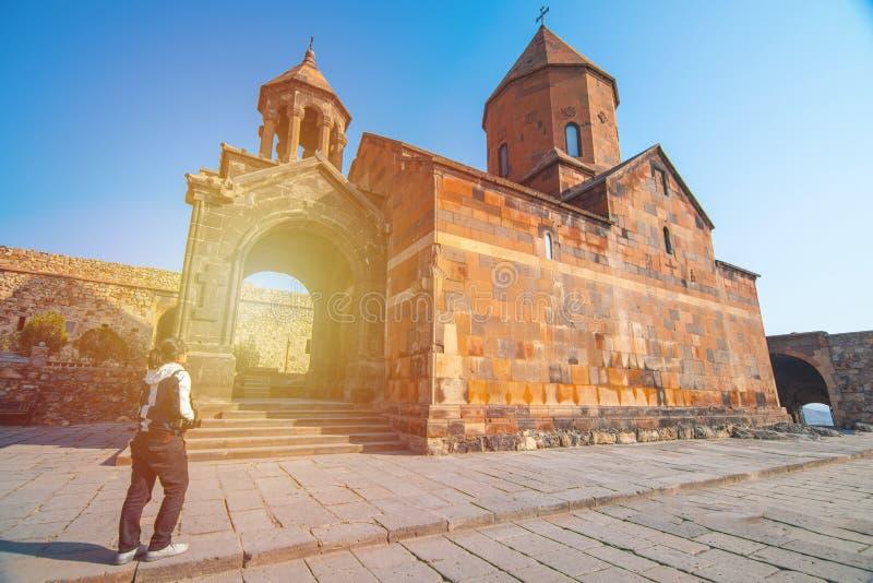 Азиатская туристка держала камеру в руках у храма Хор Вирап, монастырь Армения стоковое фото rf