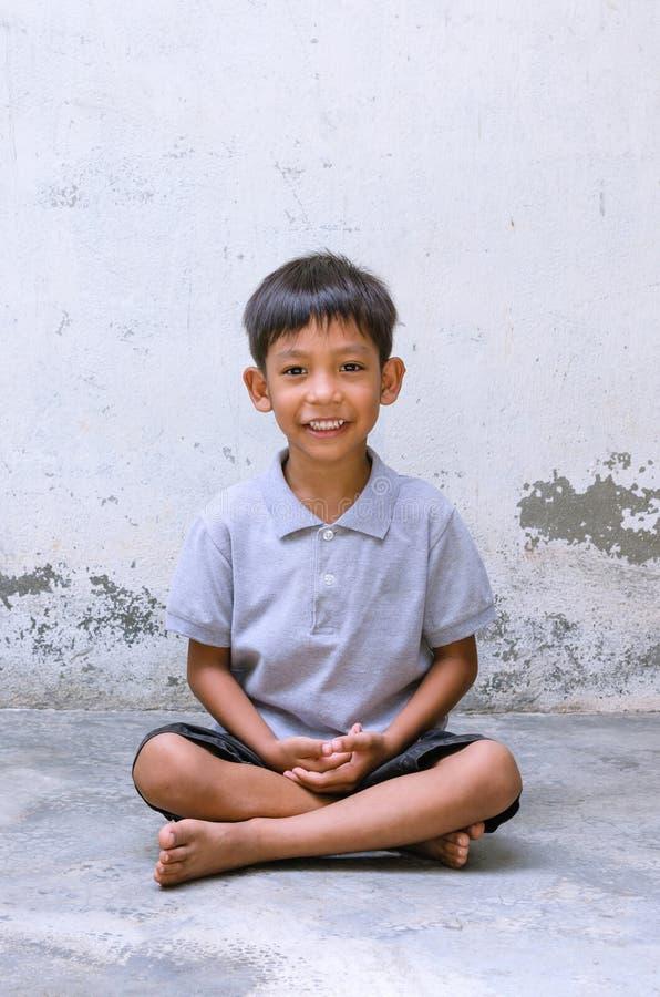 Азиатская улыбка ребенка и подготовить к раздумью стоковое фото