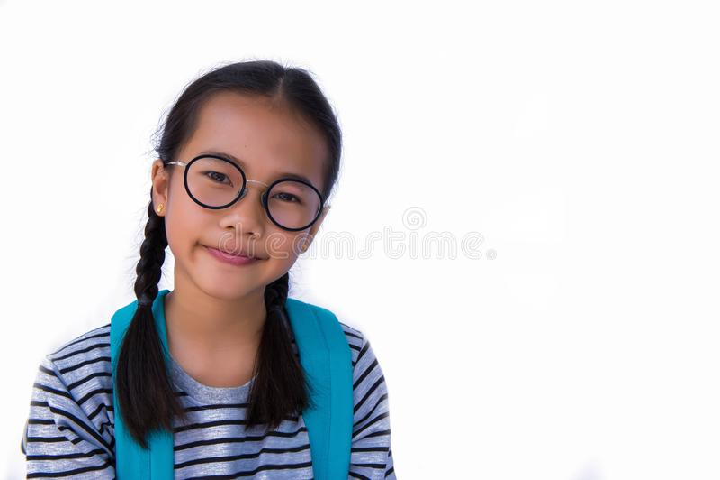 Азиатская улыбка ` s gir и счастливая и готовая сумка плеча идут к школе стоковые изображения rf