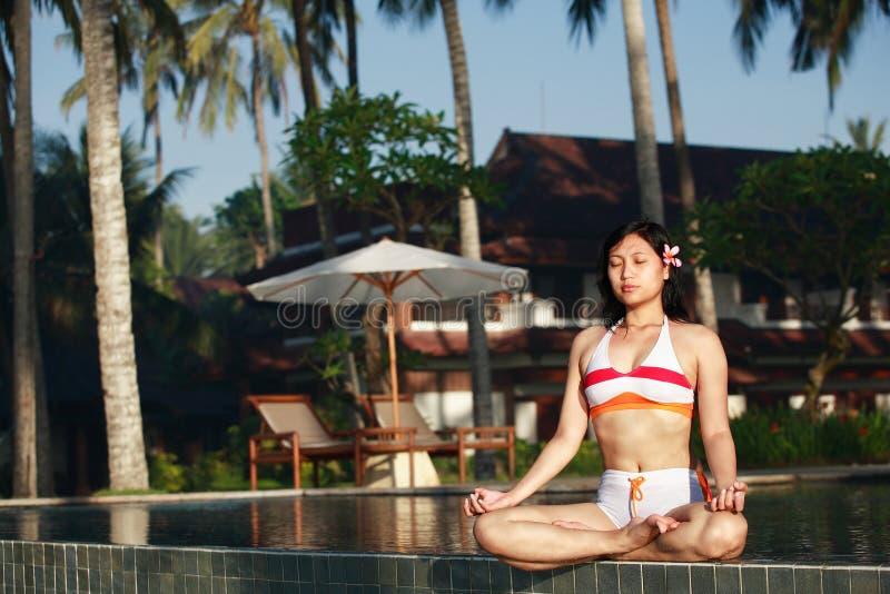азиатская meditating женщина стоковая фотография