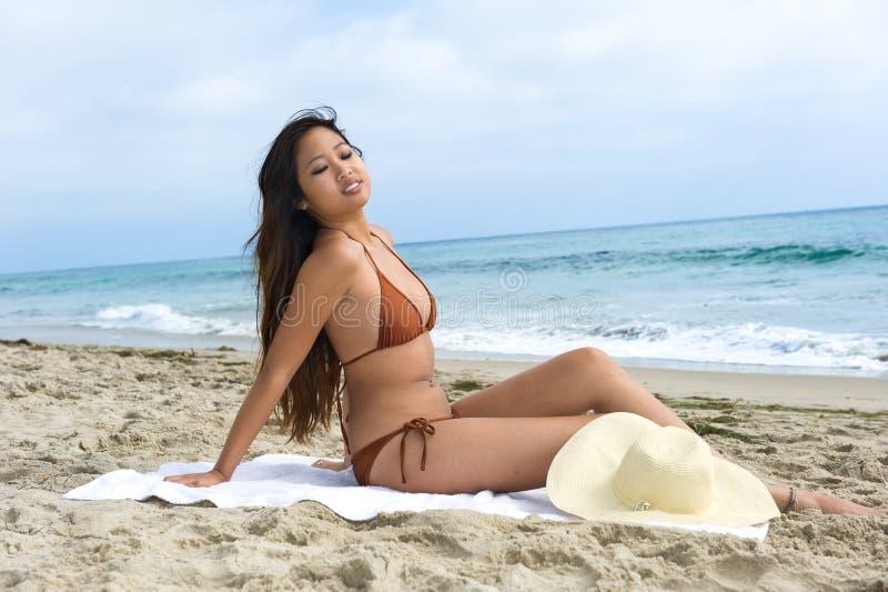 азиатская sunbathing женщина стоковая фотография