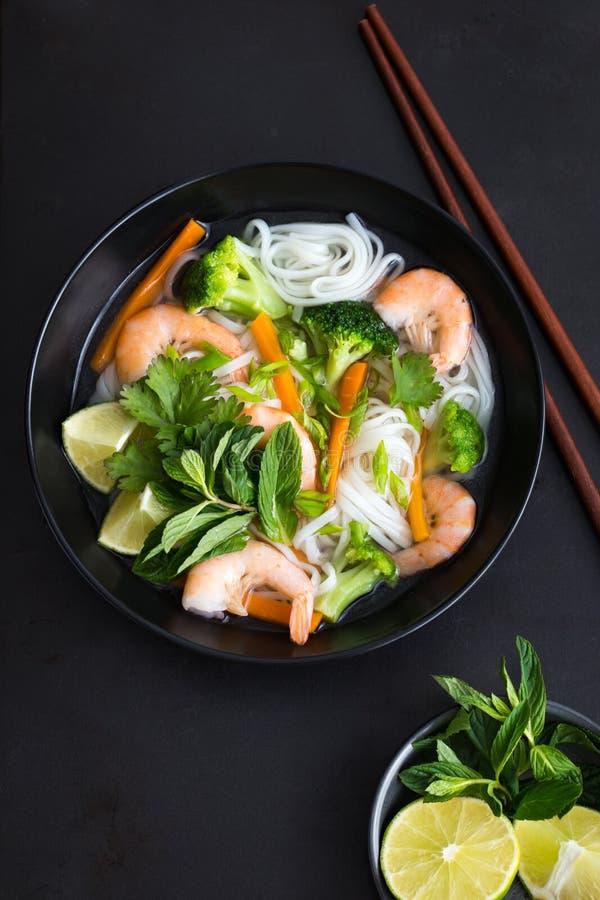Азиатские лапша, креветки и овощной суп риса в шаре стоковое фото rf