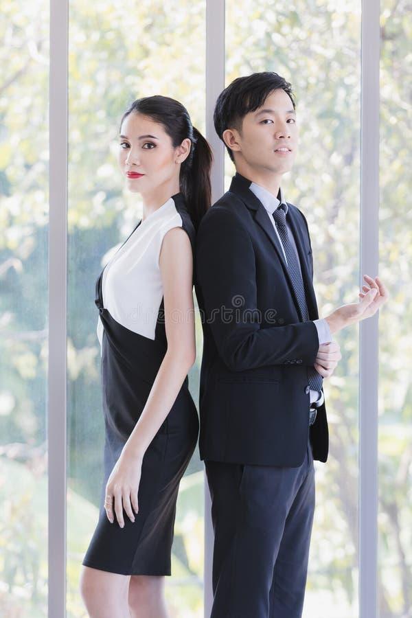Азиатские бизнесмены представляя в офисе стоковые фотографии rf