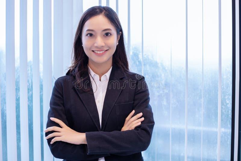 Азиатские бизнес-леди и группа используя тетрадь для встречать и усмехаться бизнес-леди счастливые для работы стоковые изображения