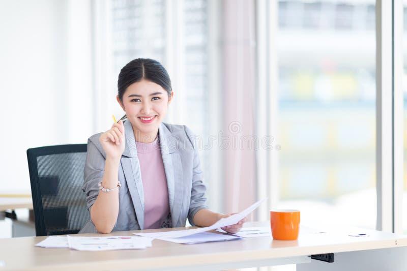Азиатские бизнес-леди молодые начинают вверх предпринимателей, женщину управляют стоковые изображения