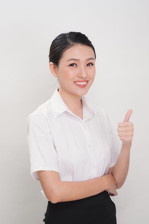 Азиатские бизнес-леди усмехаются и thump вверх по знаку руки для работы стоковая фотография rf