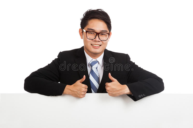 Азиатские большие пальцы руки бизнесмена вверх за пустым знаменем стоковые фото